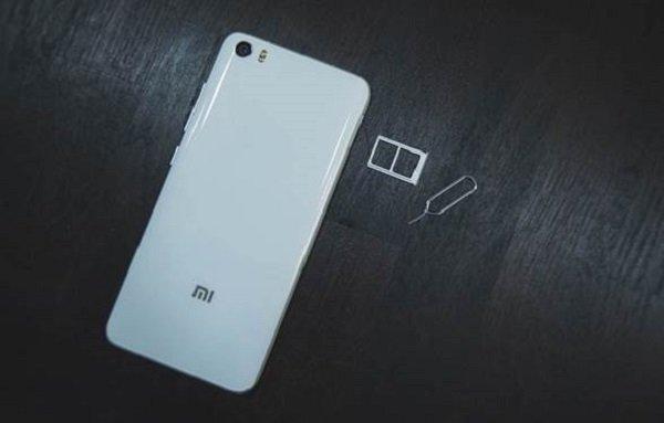 Телефон и слот под СИМ-карту