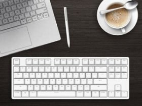 Клавиатура и чашка кофе